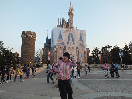 シンデレラ城前にて.jpg